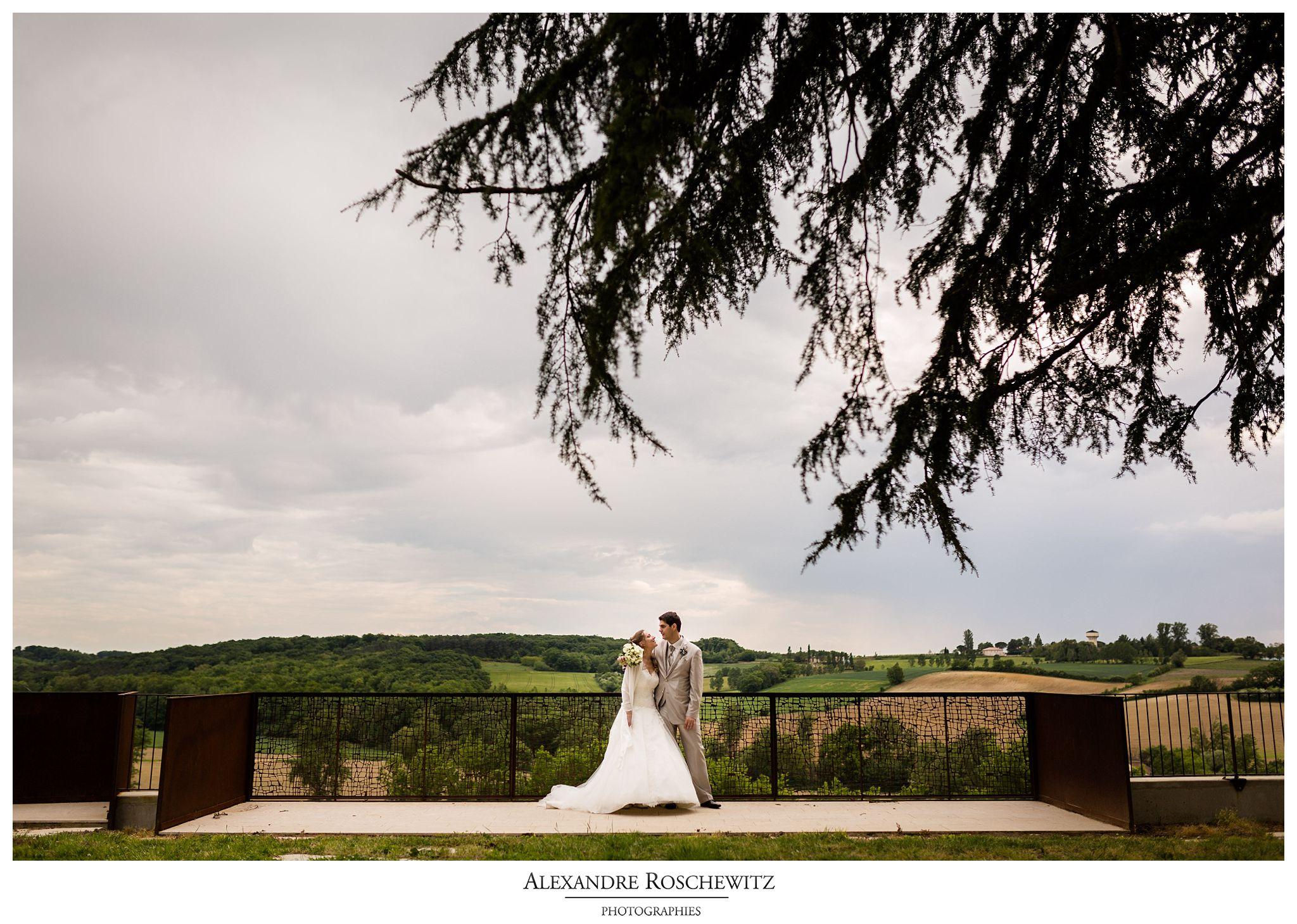 Un aperçu des photos de mariage de Marion et Yannick au Château de Mons dans le Gers. Alexandre Roschewitz Photographies