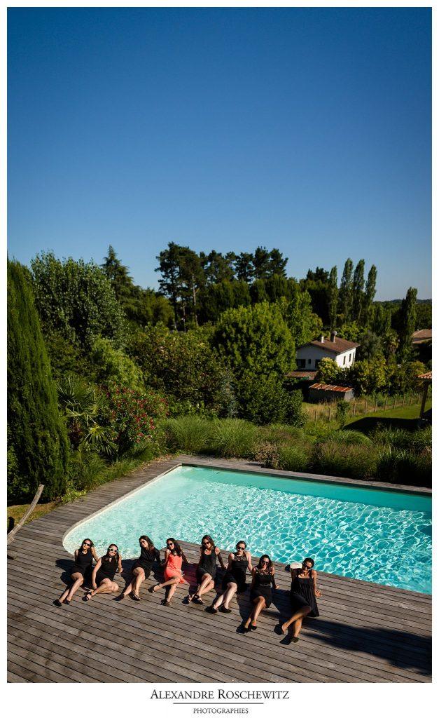 Un aperçu des photos de l'EVJF de Capucine, au bord de la piscine d'une belle villa de Lastresne. Alexandre Roschewitz Photographies.