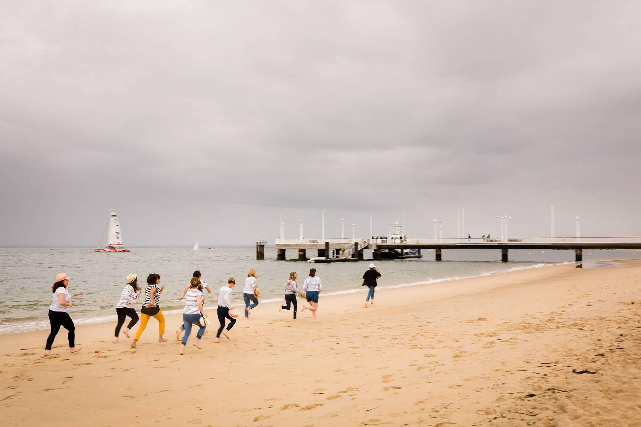 La séance photo de l'enterrement de vie de jeune fille de Marie au centre d'Arcachon en Gironde et sa plage ! Alexandre Roschewitz Photographe EVJF
