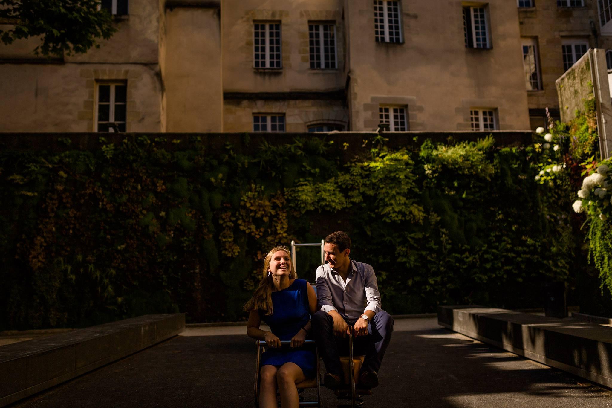 Les photos de la séance engagement de Aurore et François à Bordeaux centre, tôt le matin, avant leur mariage sur le Bassin d'Arcachon. Photographe engagement.