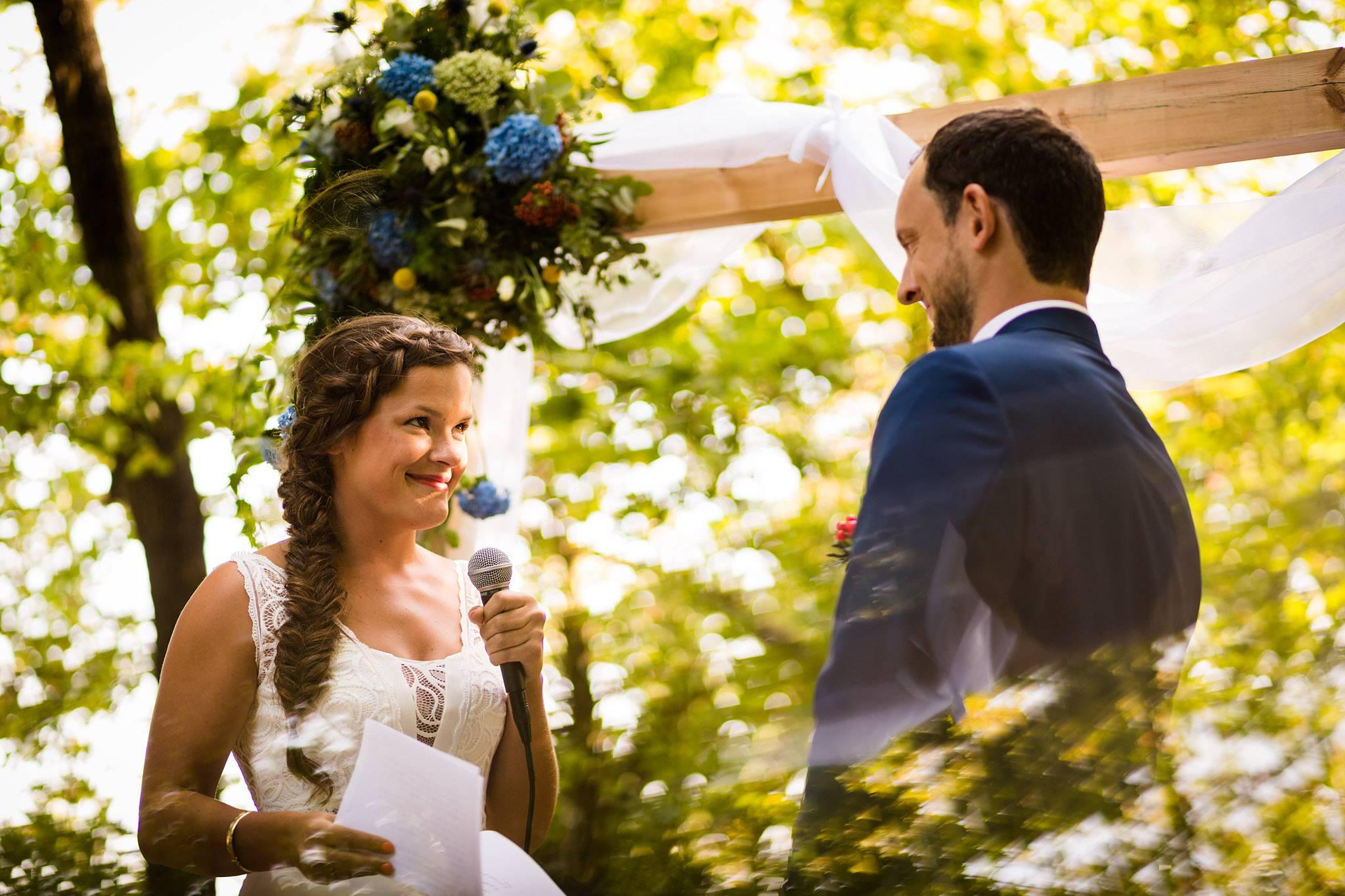 Le teaser des photos du mariage civile et laïque de Floriane et Henry à Saint-Aubin de Médoc et au Château de Mouchac, entre nature et vignes.