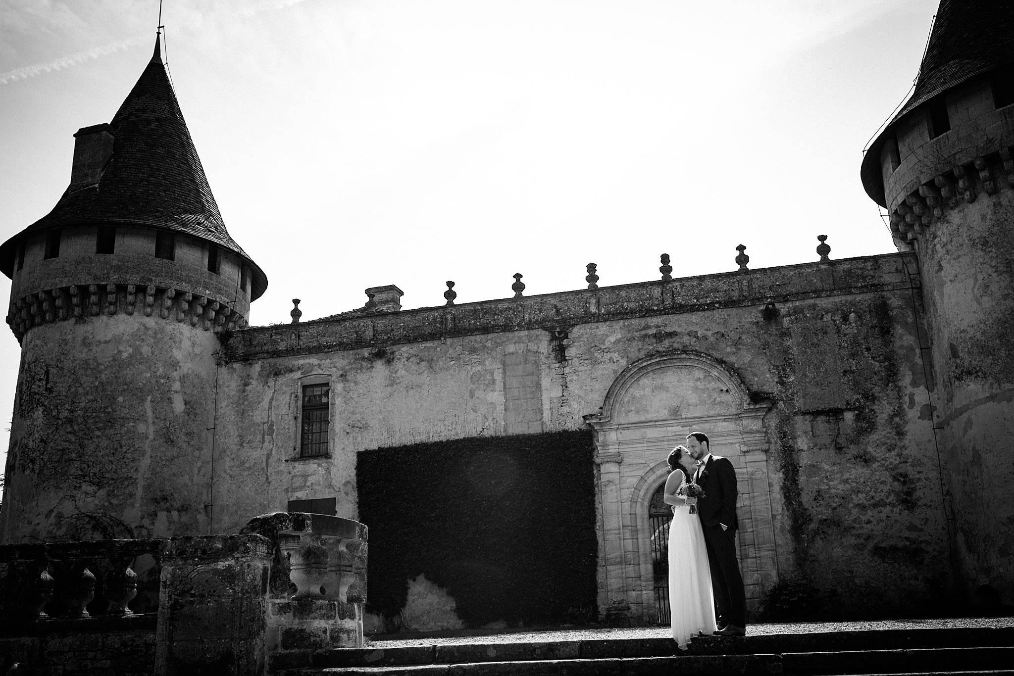 Le reportage photo du mariage civil et laïque de Floriane et Henry à Saint-Aubin de Médoc et au Château de Mouchac, entre nature et vignes.