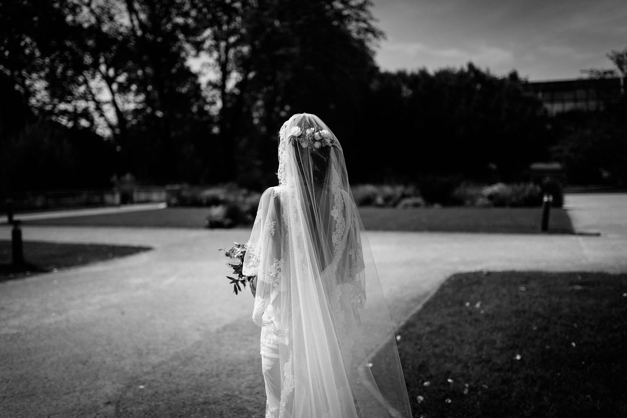 Les photos du reportage mariage civil et laïque de Charline et Yohan : Mairie de Mérignac et Château Pape Clément Grand Cru Pessac. Photographe mariage Gironde.