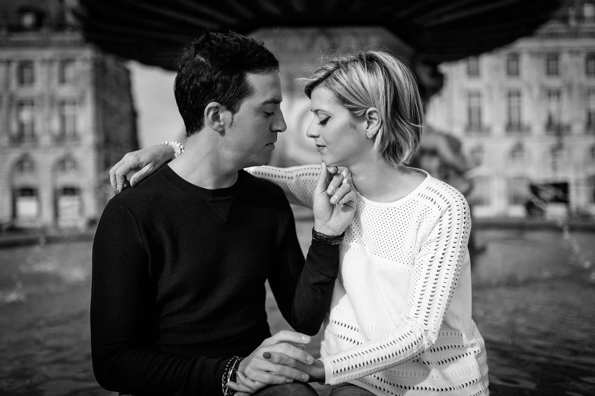 Des photos de couples à Bordeaux centre, du jardin public au Mama Shelter en passant par le miroir d'eau, avec Amandine et Franck.