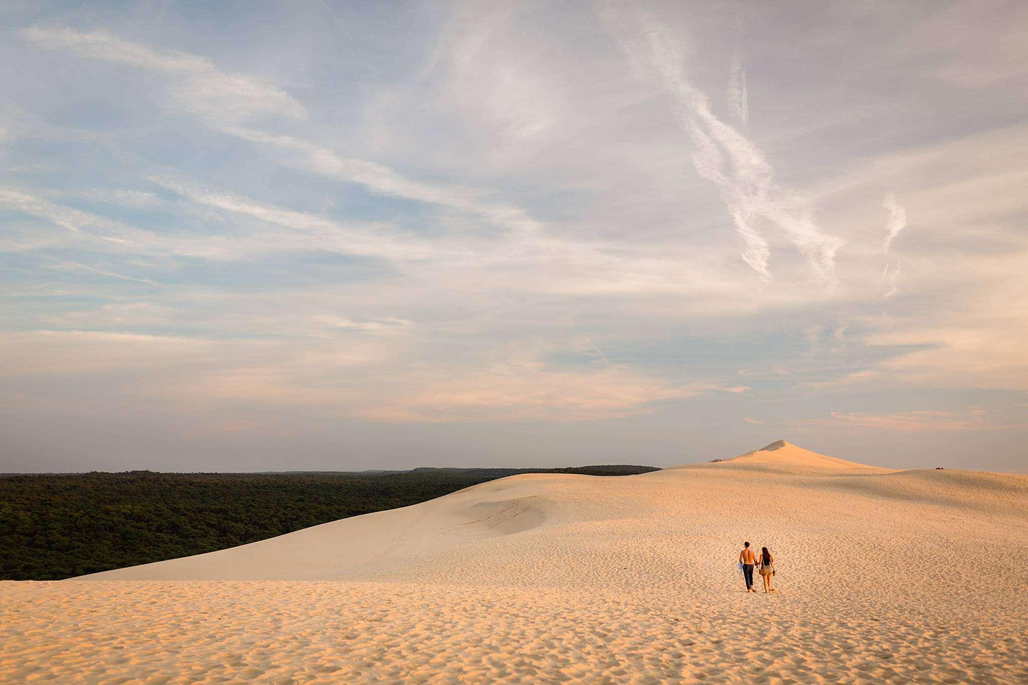 Une séance photo engagement avant leur mariage, sur la Dune du Pilat, devant le Bassin d'Arcachon, Gironde.