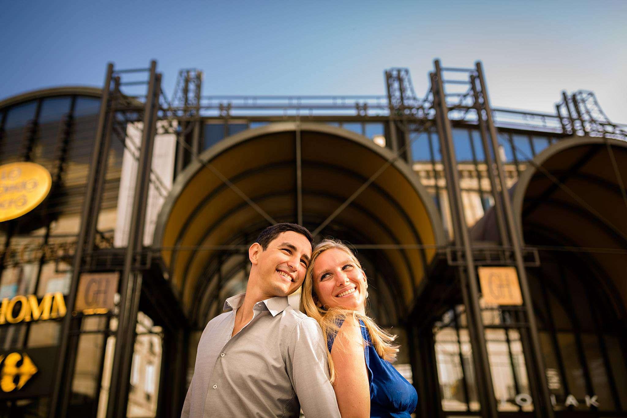Une séance photo couple d'engagement à Bordeaux centre, avec des futurs mariés souriants.