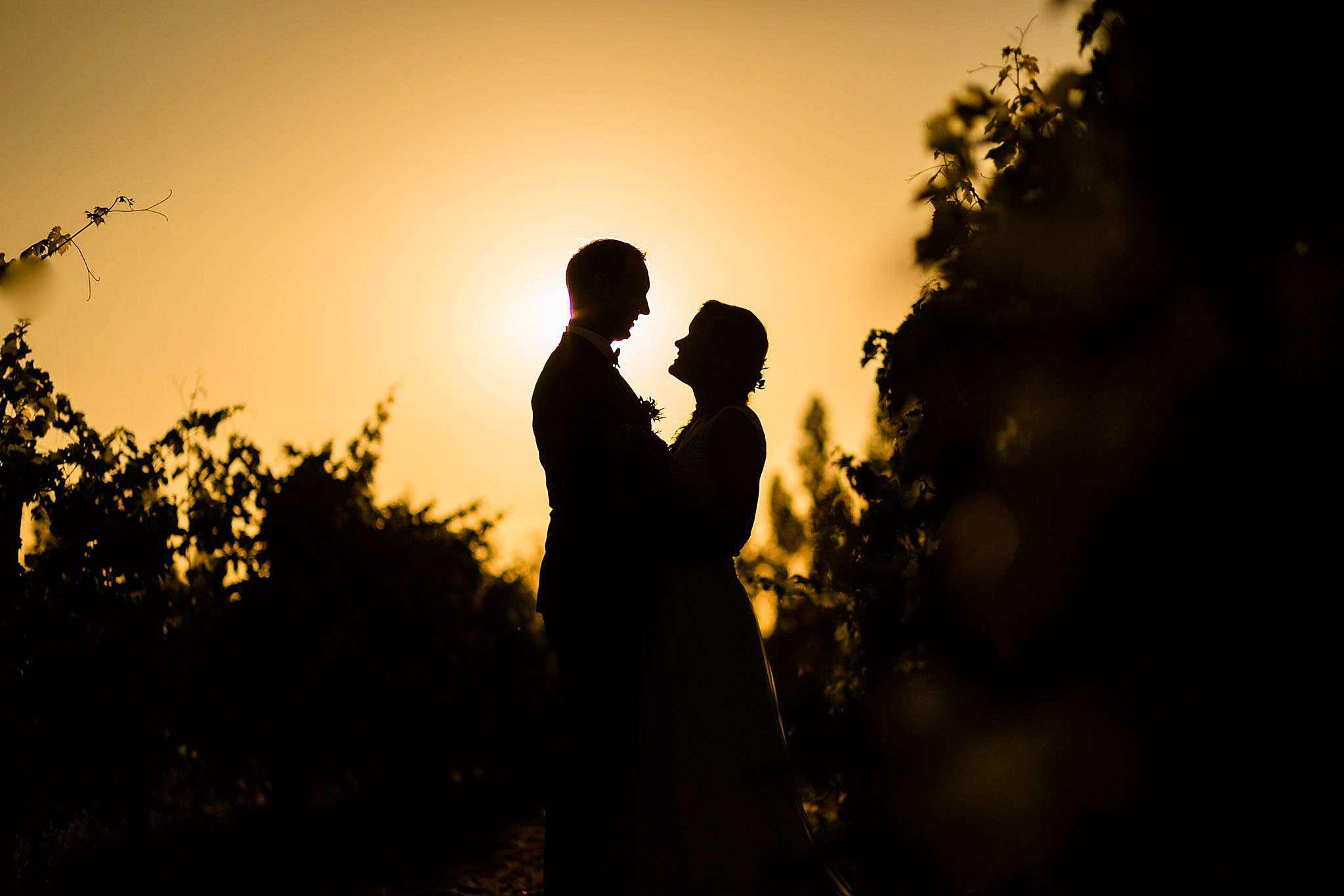 Photos de couple au coucher de soleil. Mariage au Château Mouchac.