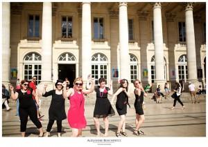 Une séance photo EVJF à Bordeaux avec une Frédérique en rose et bien entourée !