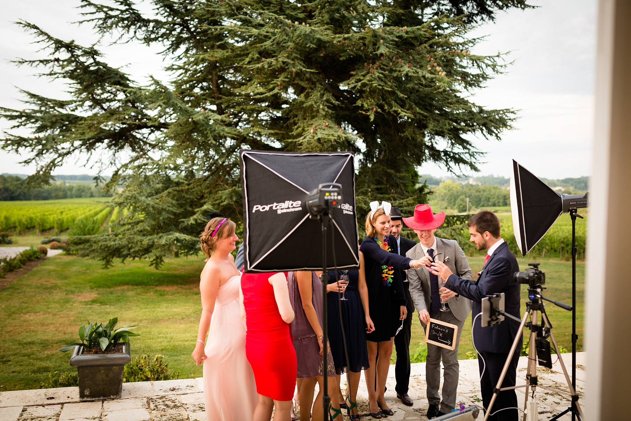 Le photobooth mariage par Alexandre Roschewitz Photographies. Un appareil, des flashs, des accessoires et boucoup de fun !