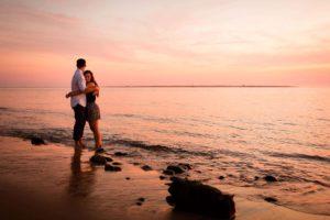 Photographe séance engagement, sur la plage de la Dune du Pilat, au coucher du soleil.