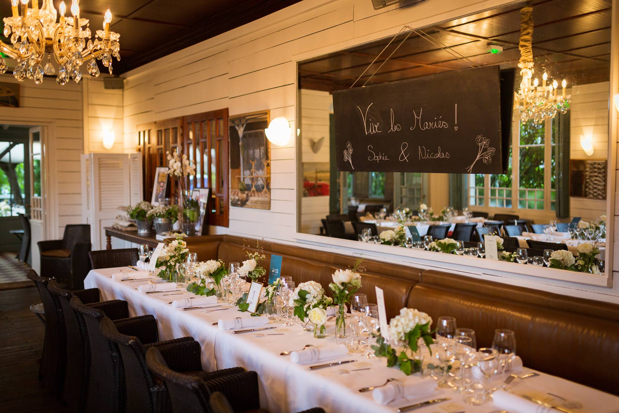 Photos du mariage de Sophie et Nicolas à La Maison du Bassin et Chez Boulan, au Cap Ferret. Avec cérémonie laïque au bord du Bassin d'Arcachon et Photobooth.