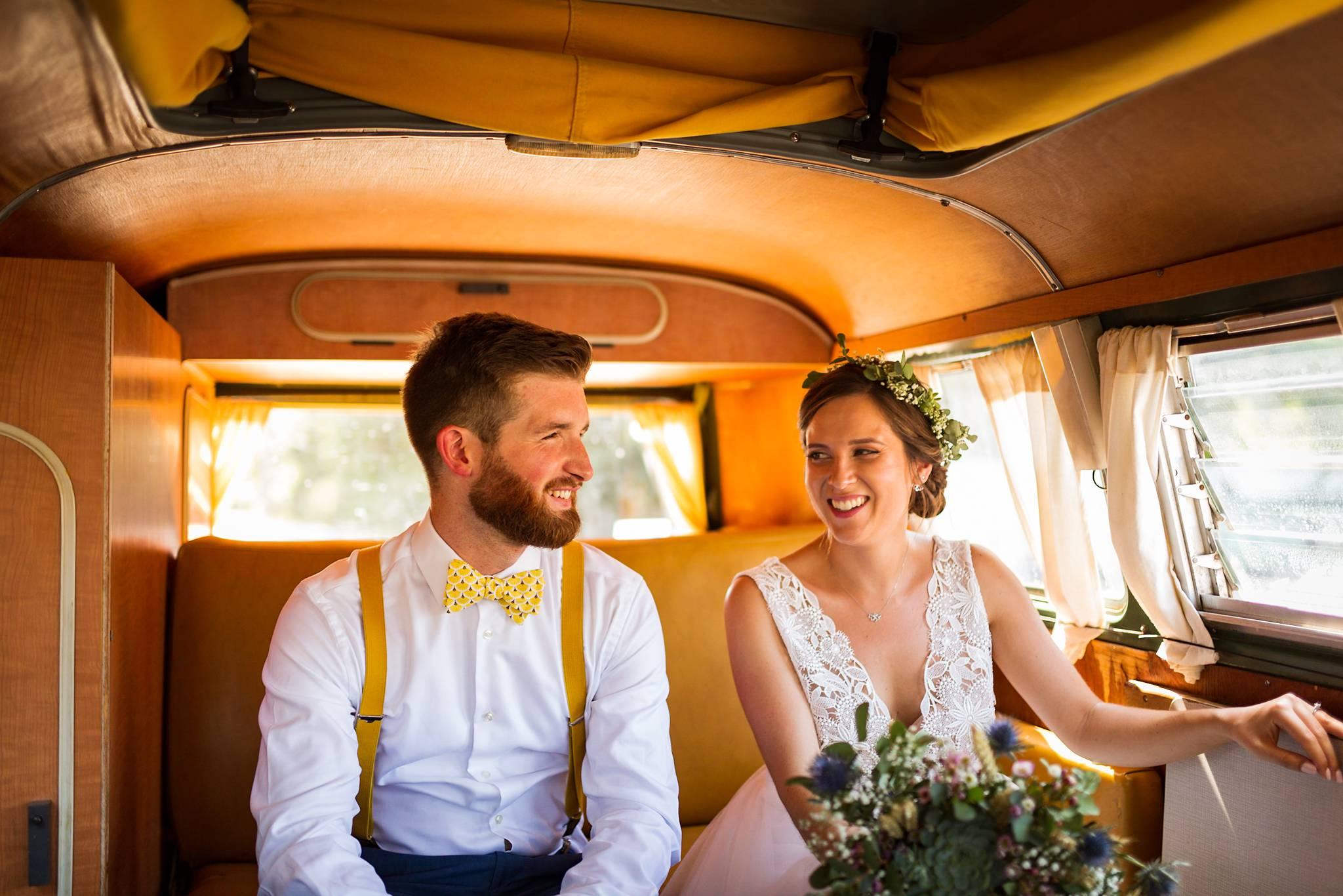 Aperçu du reportage photo de mariage au Château Giscours, avec une cérémonie civile à Saint-Aubin de Medoc, des photos de couple dans la forêt, une cérémonie laïque et la soirée au Château Giscours.
