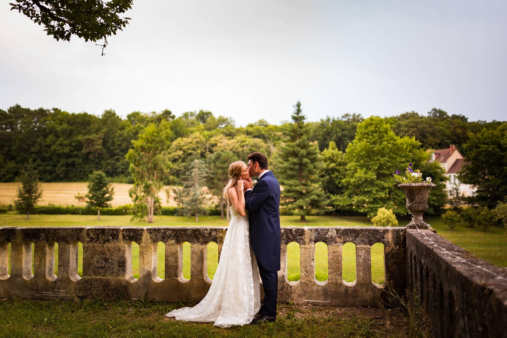 Teaser des photos du mariage civil et religieux de Domitille et Maxime à Jaure en Dordogne.
