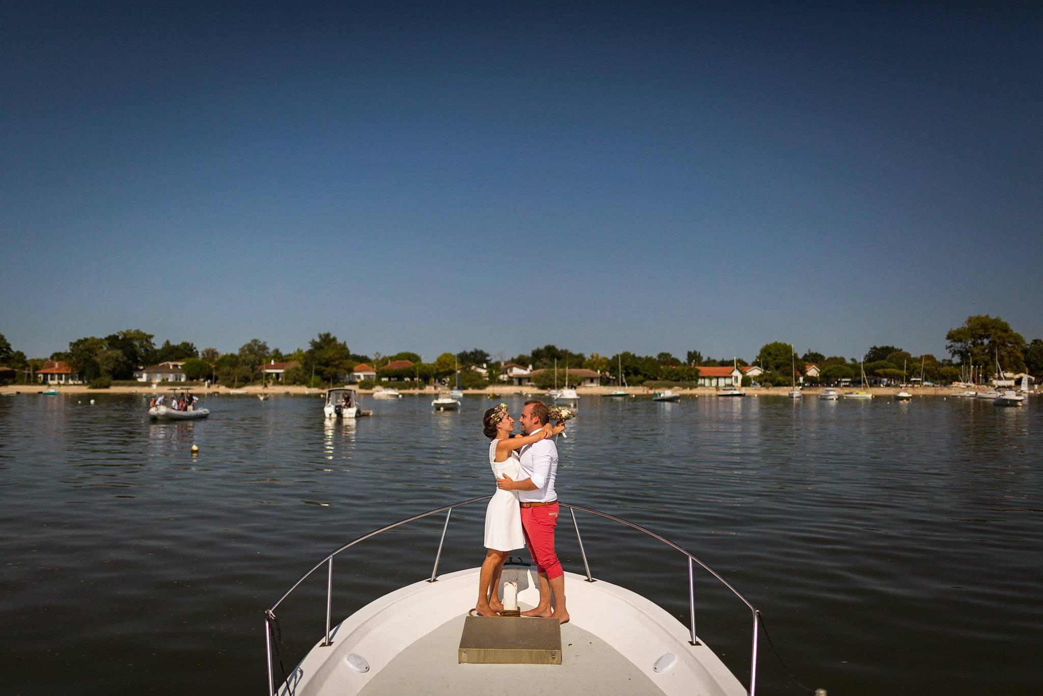 Le reportage photo du mariage civil à Arès (Bassin d'Arcachon) d'Alice et François-Maxime. Photos de couple à la plage, sur un bateau, sur le bassin.