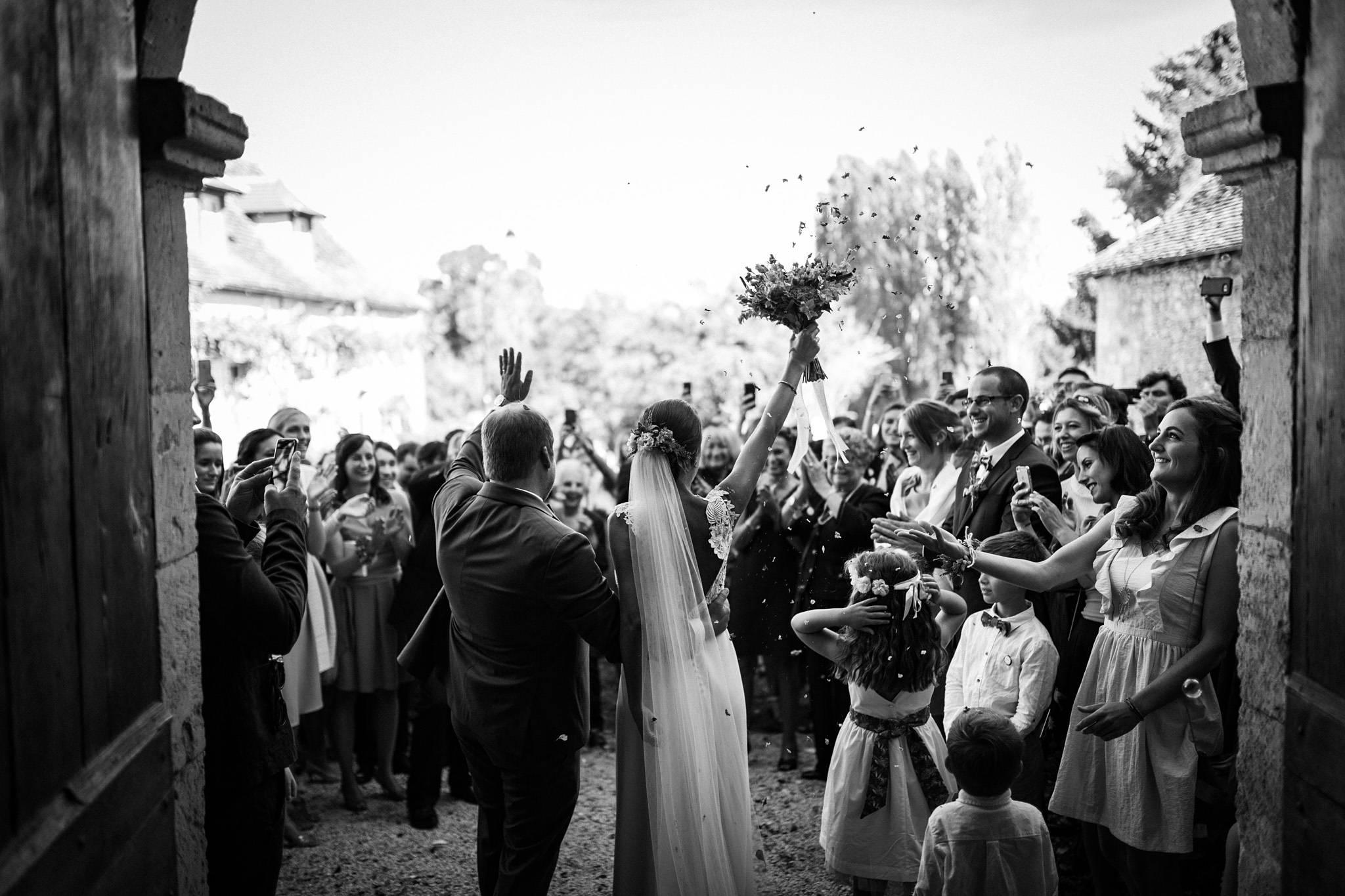 Les photos du mariage religieux d'Alice et François-Maxime au Domaine de La Fauconnie en Dordogne. Un mariage classe, DIY dans un lieu magique.