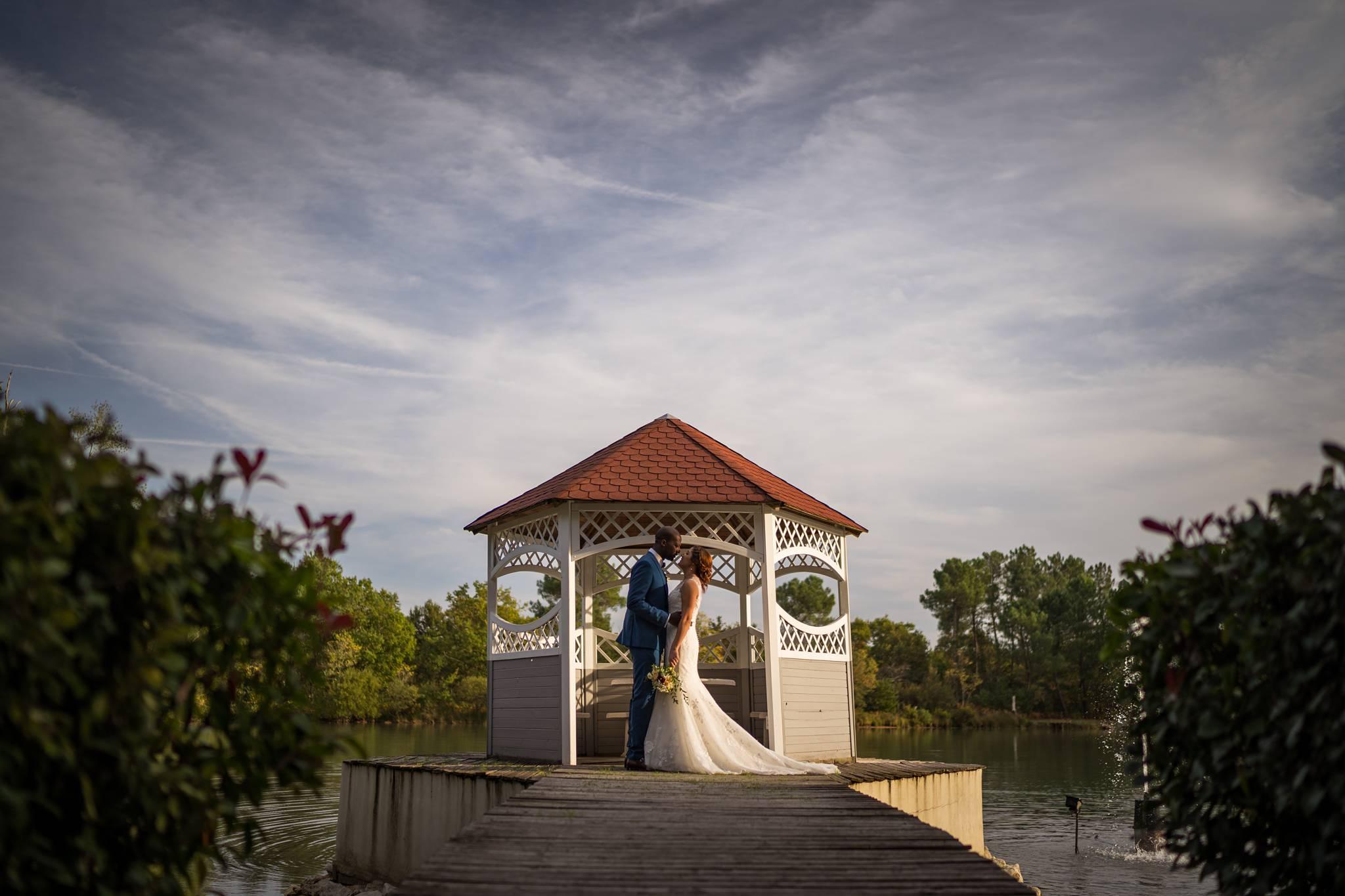 Le reportage photo du mariage de Kenza et Donald, entre France, Centrafrique et Maroc. Préparatifs au Chateau du Tertre et réception au Domaine de Cordet.