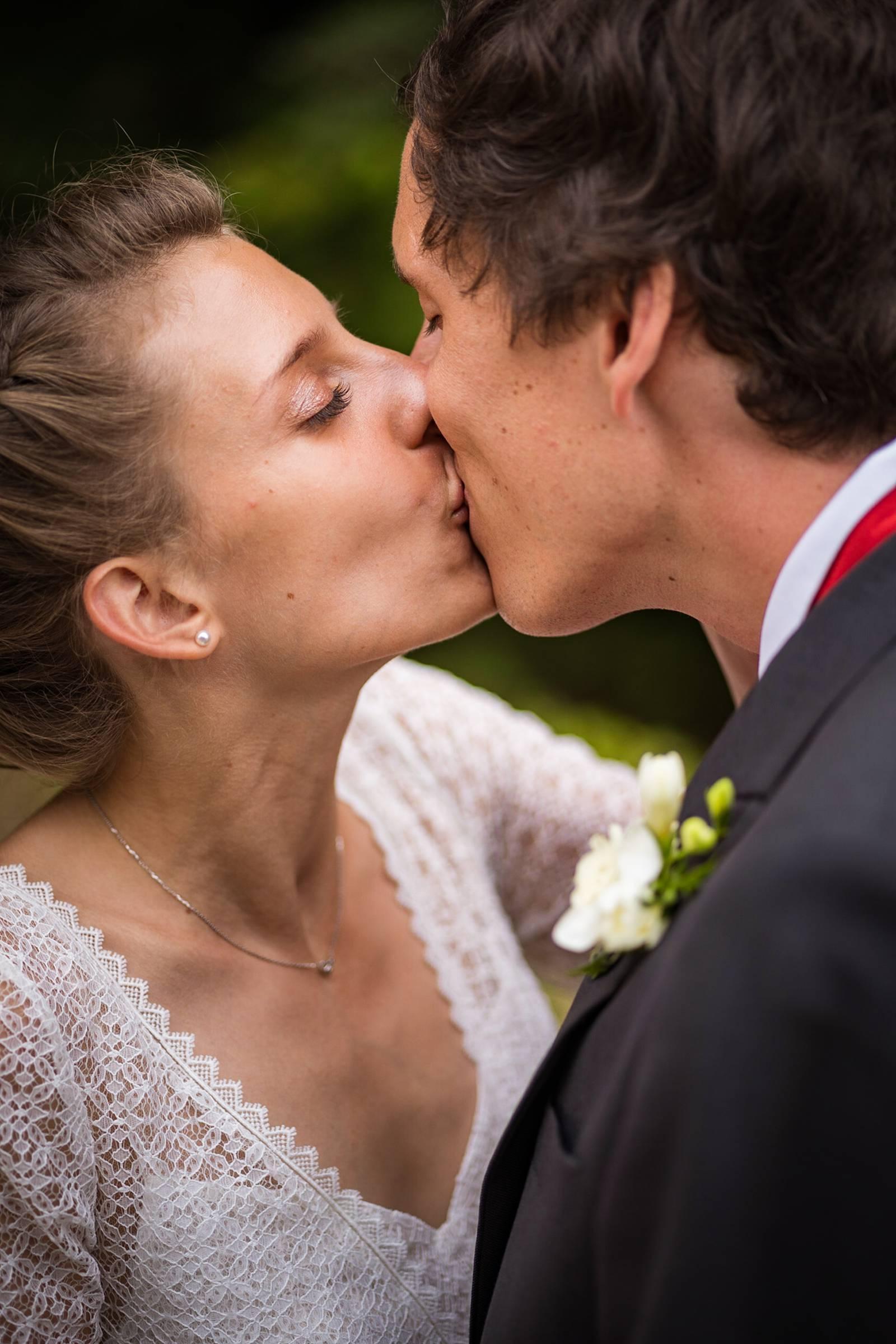 L'aperçu du mariage religieux à Saintes de V+B puis au Château La Roche Courbon en Charentes-Maritime. Alexandre Roschewitz Photographe Mariage.