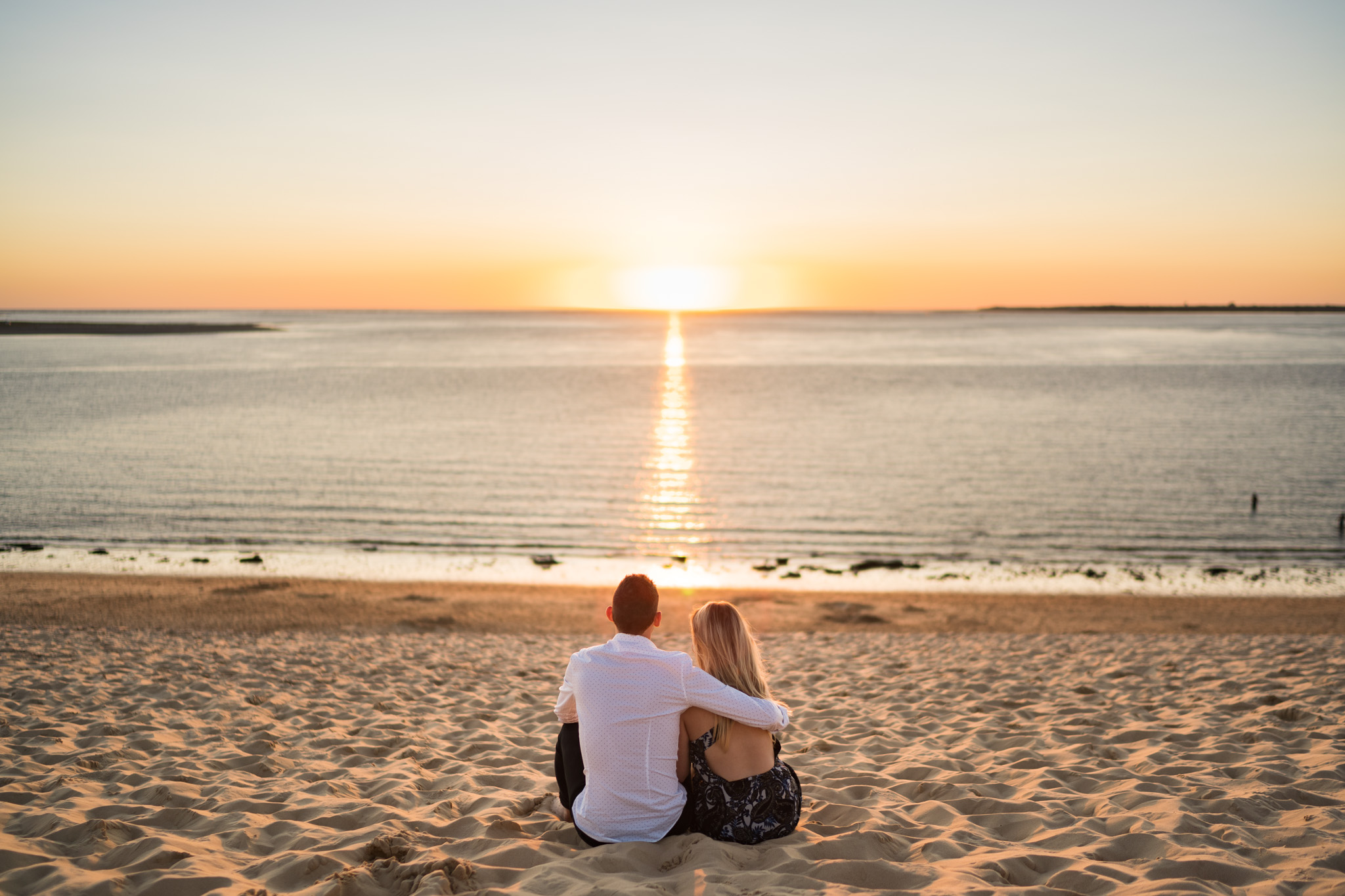 Le séance photo engagement de C+P à la Corniche d'Arcachon puis à la Dune du Pilat, devant le Bassin d'Arcachon, avant leur mariage en Dordogne. Au drone aussi.