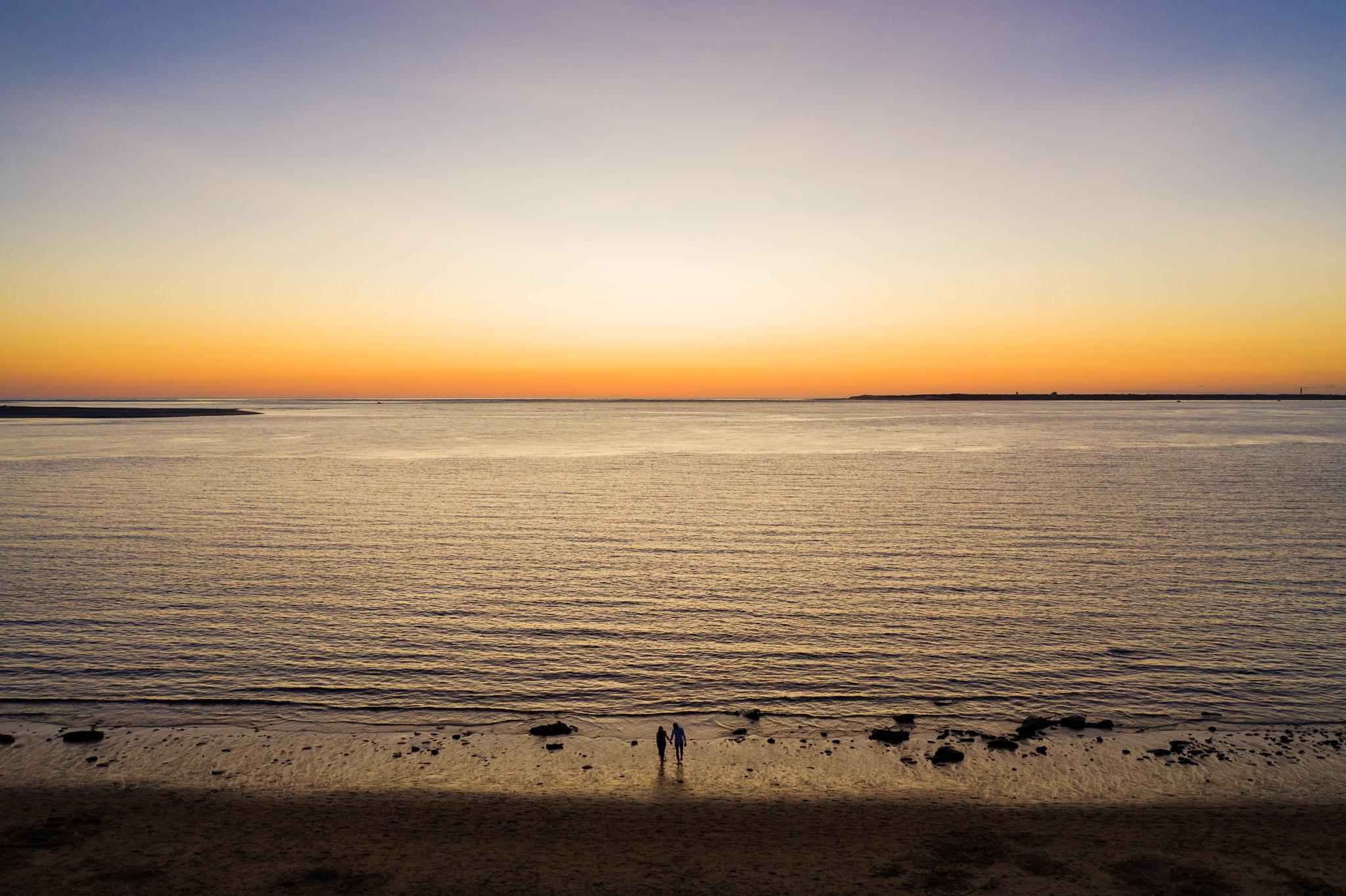 Le séance photo engagement au drone de C+P à la Corniche d'Arcachon puis à la Dune du Pilat, devant le Bassin d'Arcachon, avant leur mariage en Dordogne.