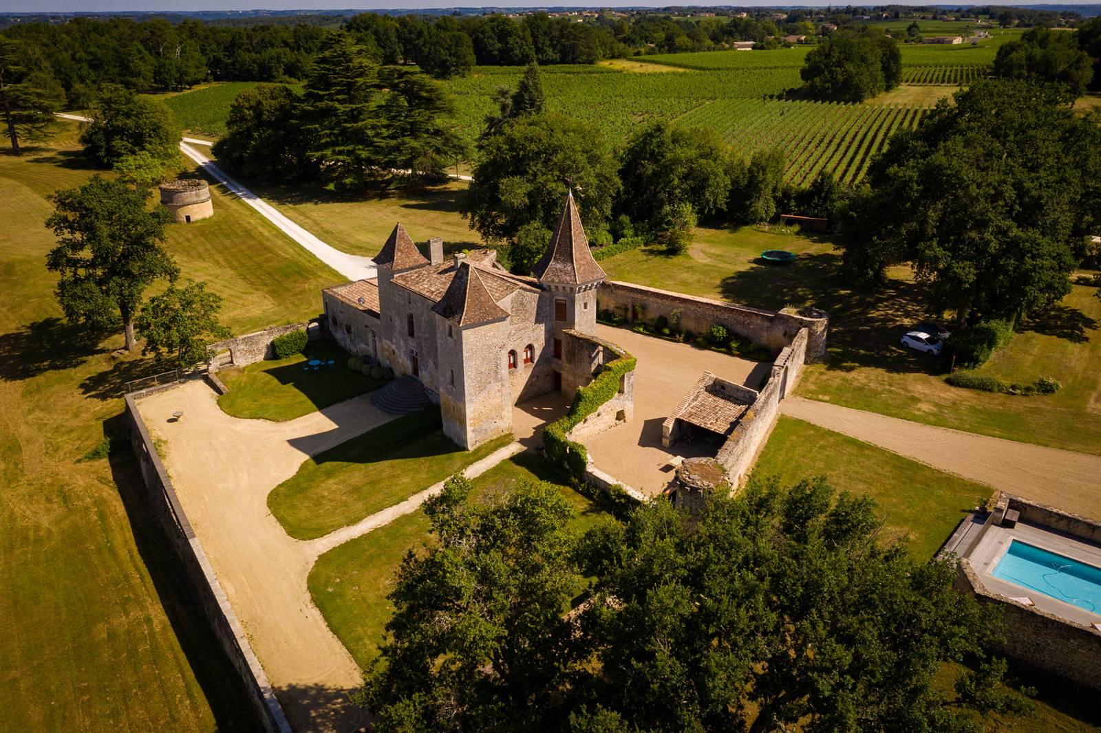 Le reportage photo du mariage civil et de la cérémonie laïque de Hélène et Alexis à Pessac puis au Château de Flojague. Alexandre Roschewitz Photographe Mariage