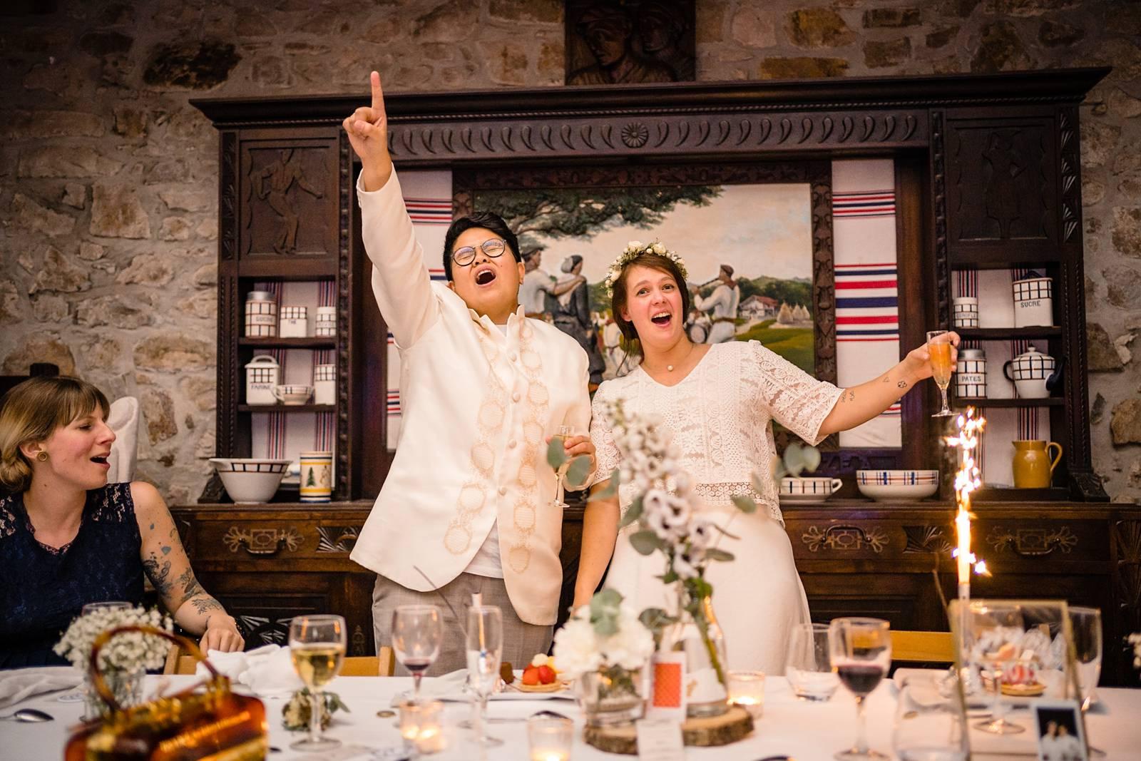 L'aperçu du mariage laïque franco-philippin de E+A à Bidart puis de la cérémonie Laïque à la Ferme Inharria au Pays Basque. Alexandre Roschewitz Photographe.