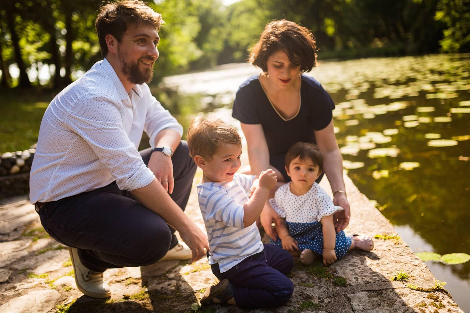 Des photos de famille joyeuses et naturelles au Parc Majolan de Blanquefort pour le premier anniversaire de la dernière. Alexandre Roschewitz Photographies