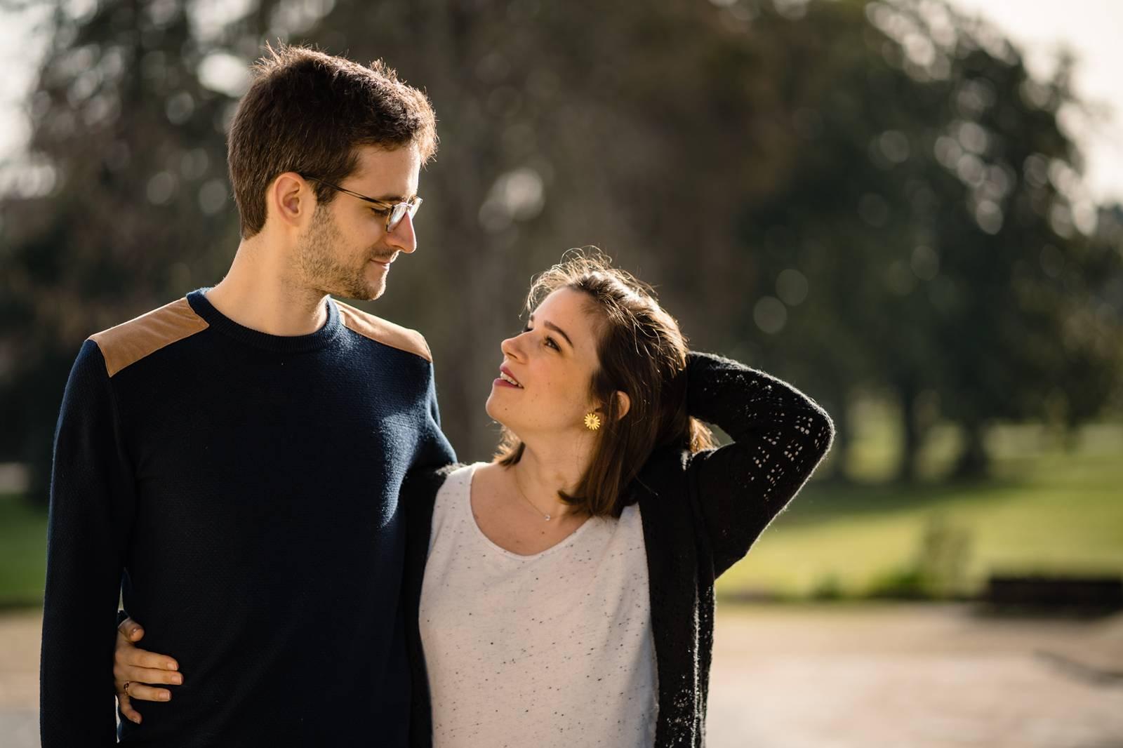 3 ans après leur mariage, la séance photo de couple de Soline et Quentin à Bordeaux centre. Des photos naturelles, intimes et créatives. Alexandre Roschewitz