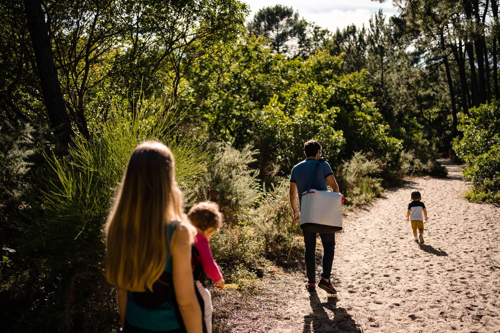 Les photos de famille de Céline, Michel et leurs deux enfants sur la Dune du Pilat, côté Plage Robinson, sur le Bassin d'Arcachon. Une séance fun et naturelle !
