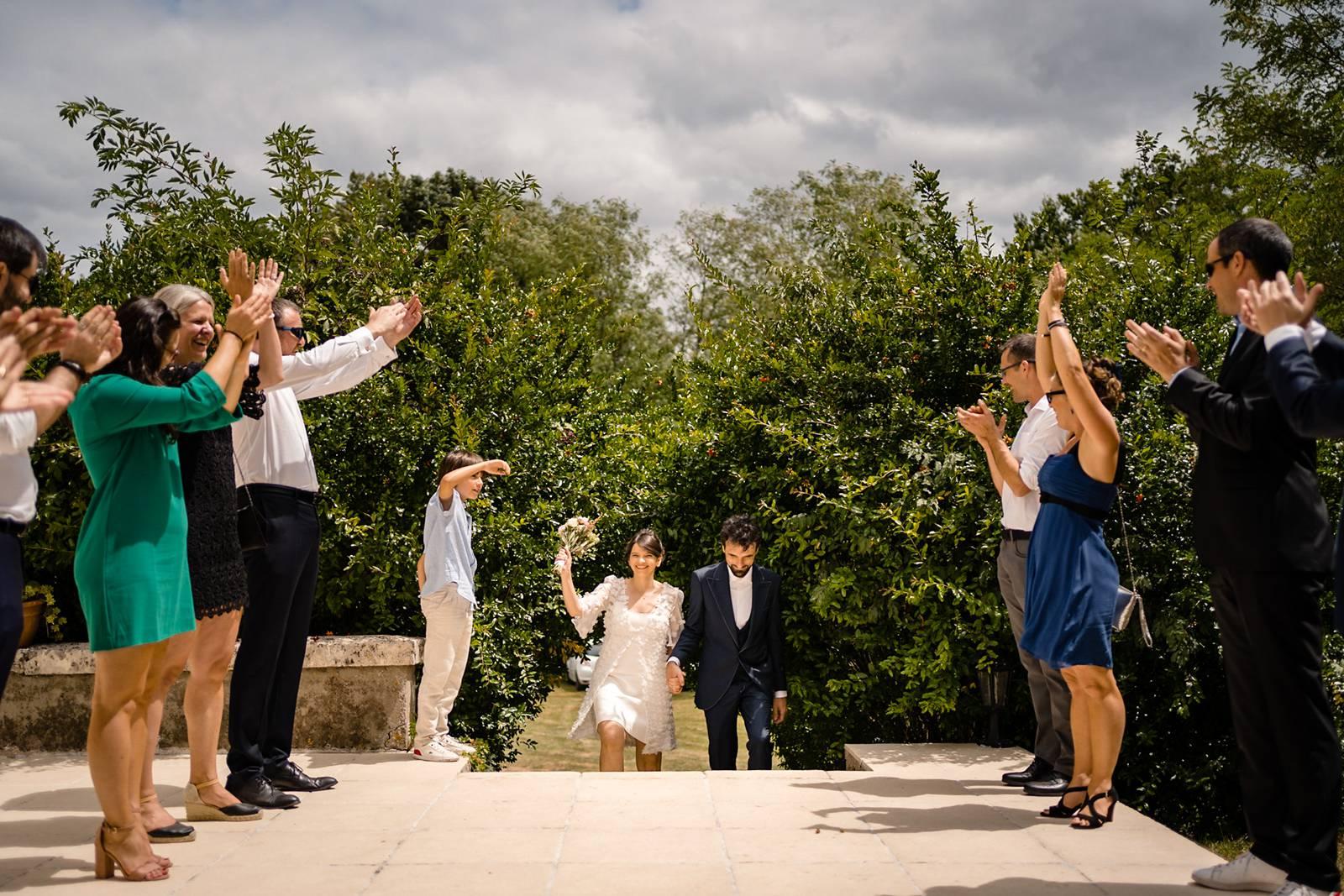 Le mariage civil à vélo original et décalé, à Bordeaux centre et en Charentes sous une tente sketch, de Pierre et Isabelle. Photographe mariage Charentes.