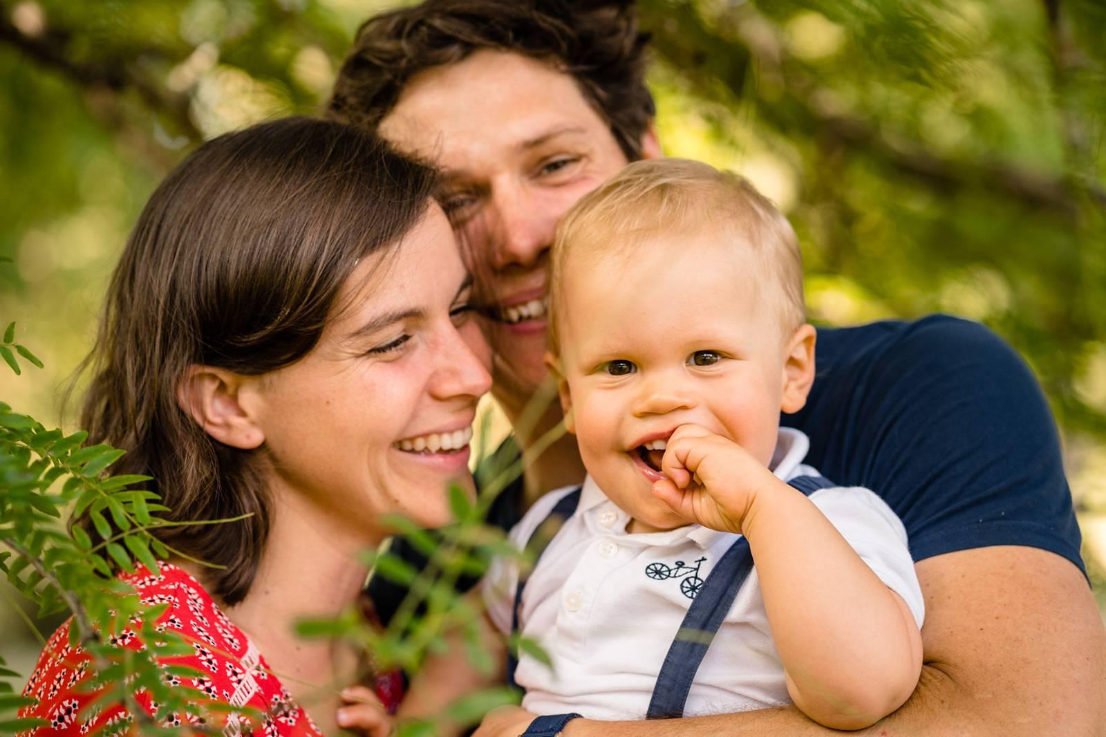 Les photos de famille joyeuses de la Famille C. au Parc Bordelais de Bordeaux. Un moment de jeux et d'interaction entre enfant et parents. Photographe Famille.